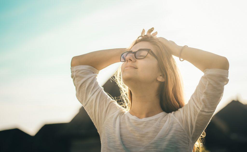 Kvinna blundar mot solen